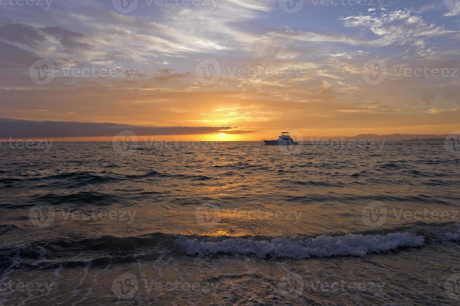 barca sull'oceano al tramonto foto