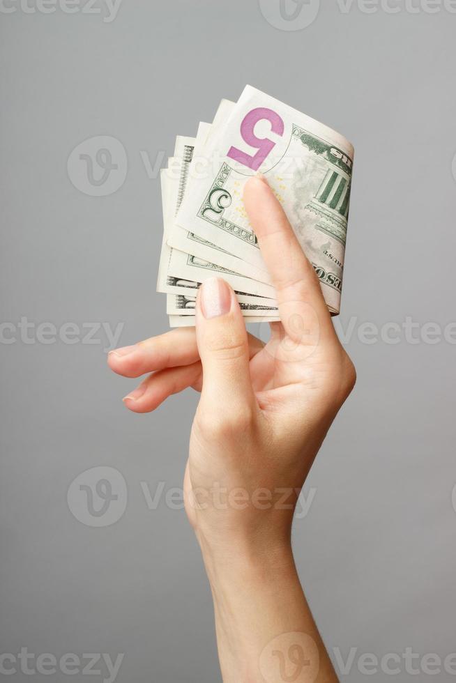 mano femminile che tiene soldi foto