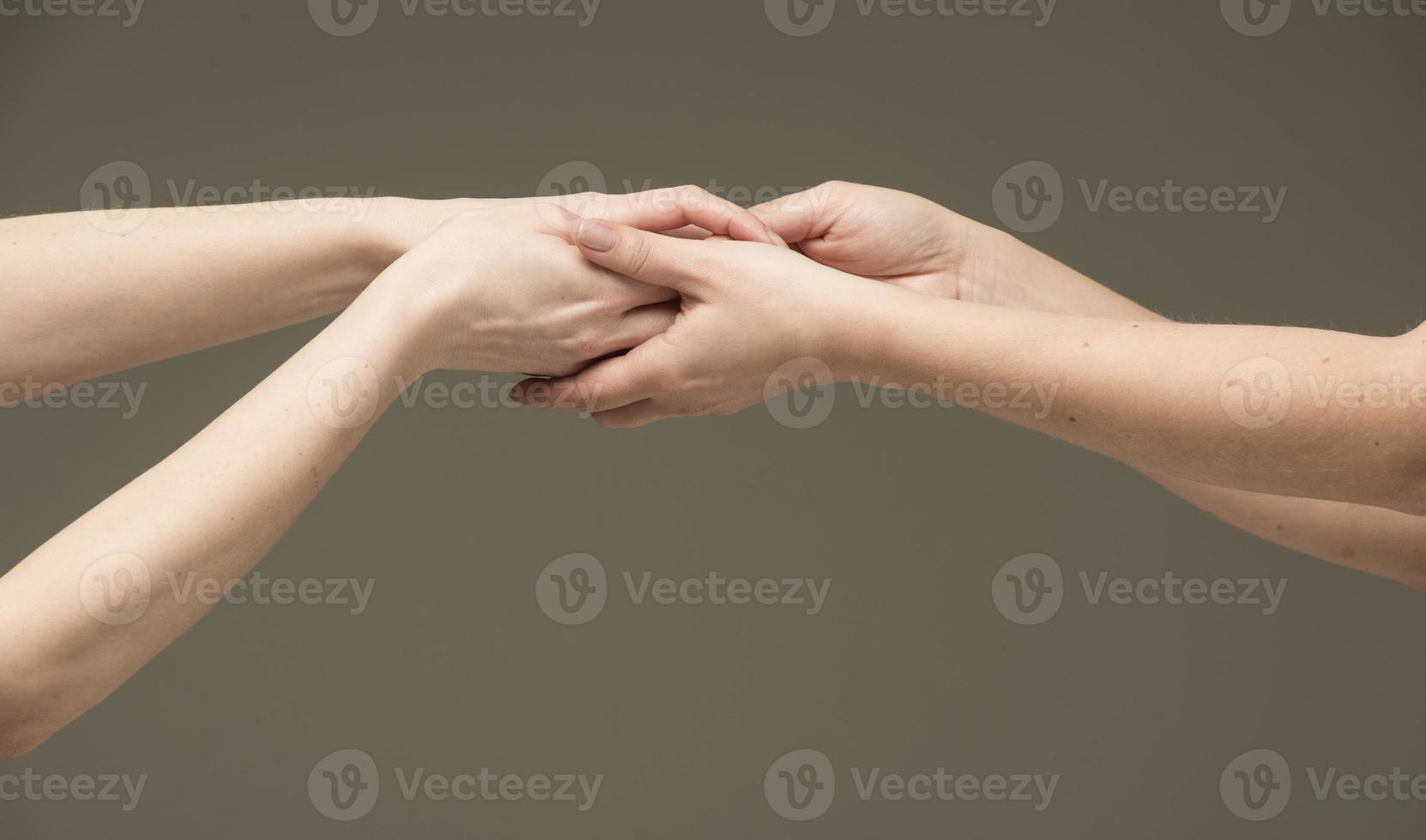 mani femminili si strofinavano a vicenda foto