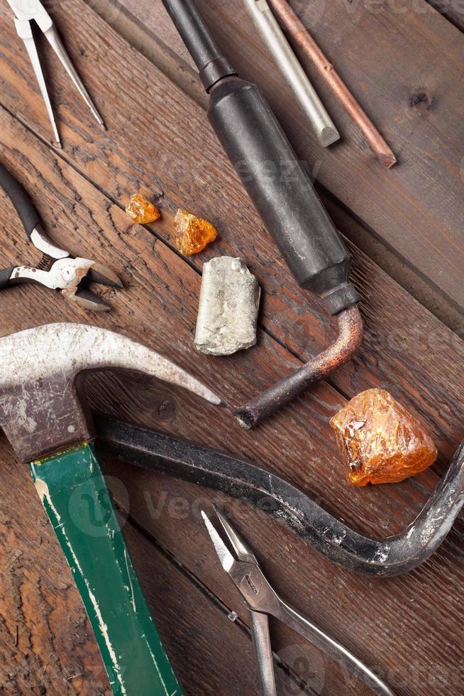 set di utensili a mano vecchi sul tavolo di legno foto