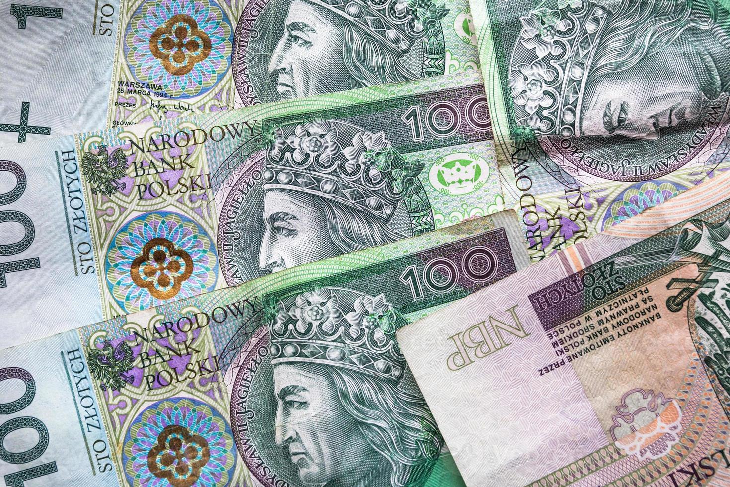 sfondo di denaro accatastato molte banconote polacche foto