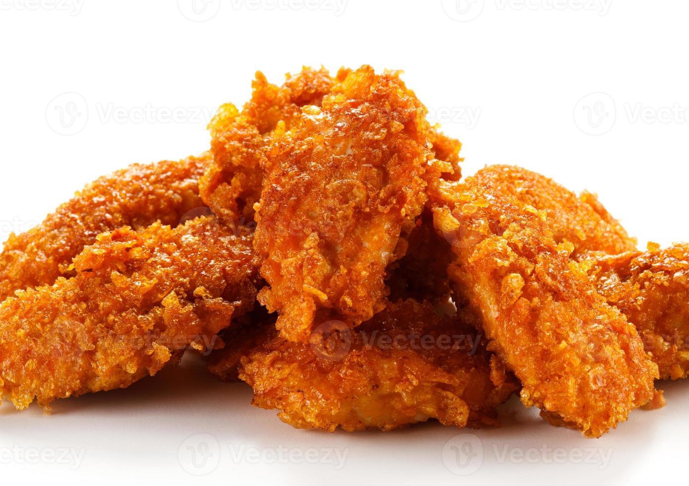 bocconcini di pollo su sfondo bianco foto