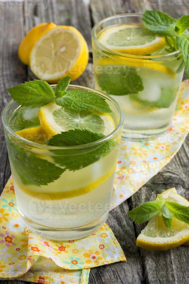 bicchiere di limonata con limone e menta. foto