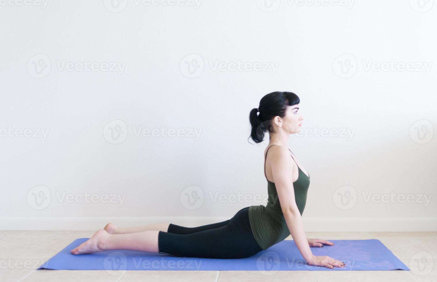 giovane donna a praticare yoga foto