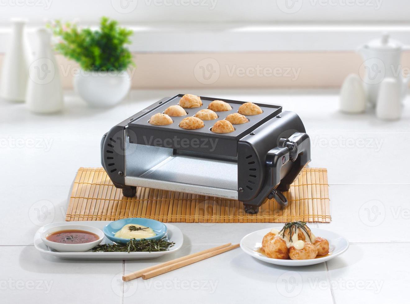 macchina per fare il cibo giapponese takoyaki foto