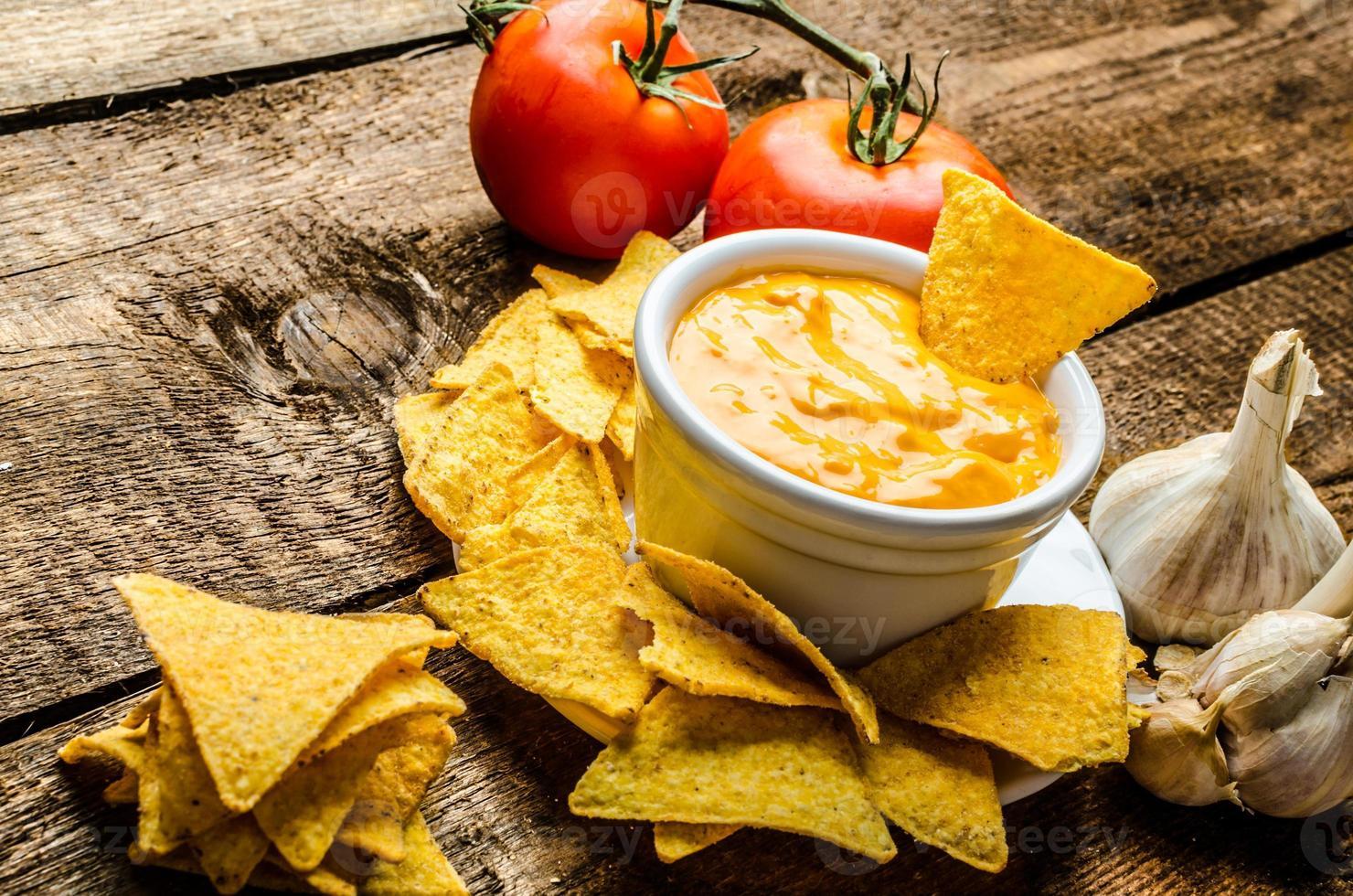 tortilla chips con salsa di pomodoro e aglio e formaggio foto
