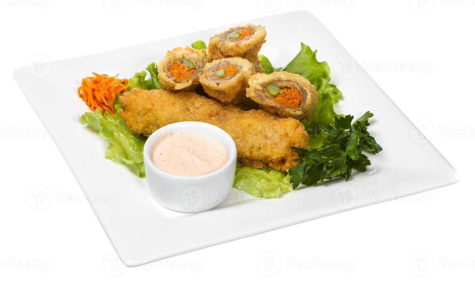 cotoletta di maiale in stile giapponese con carote e asparagi foto