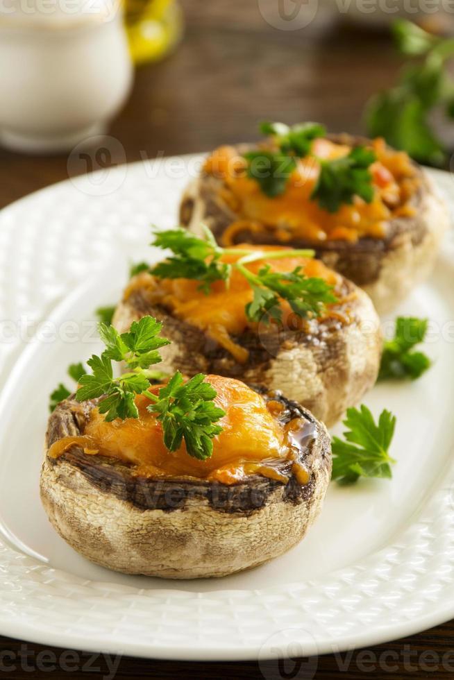 funghi al forno con formaggio cheddar. foto