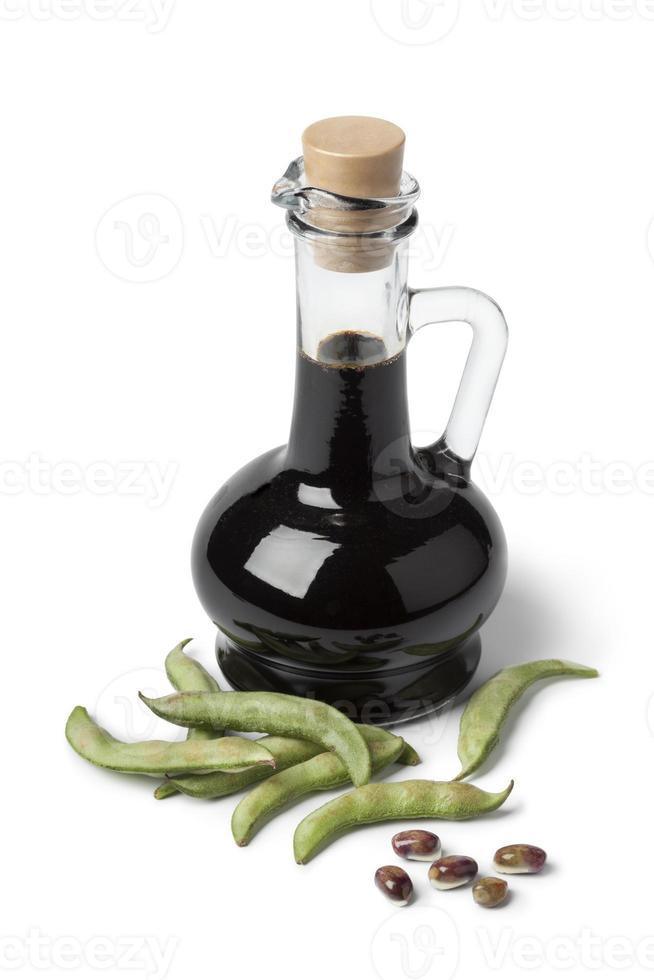 bottiglia con salsa di soia e semi di soia freschi foto
