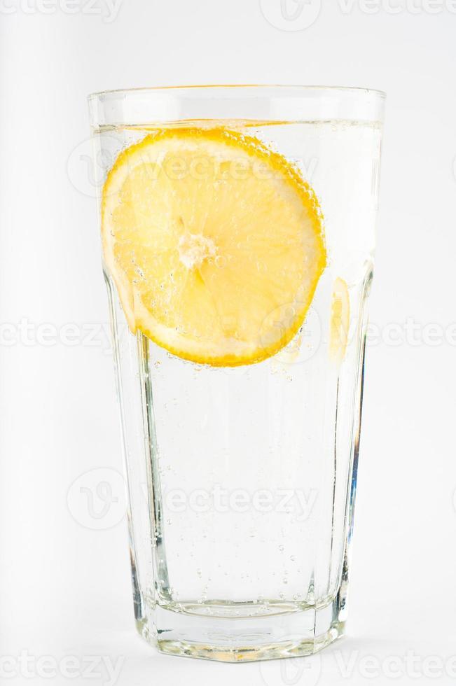 bicchiere d'acqua al limone foto