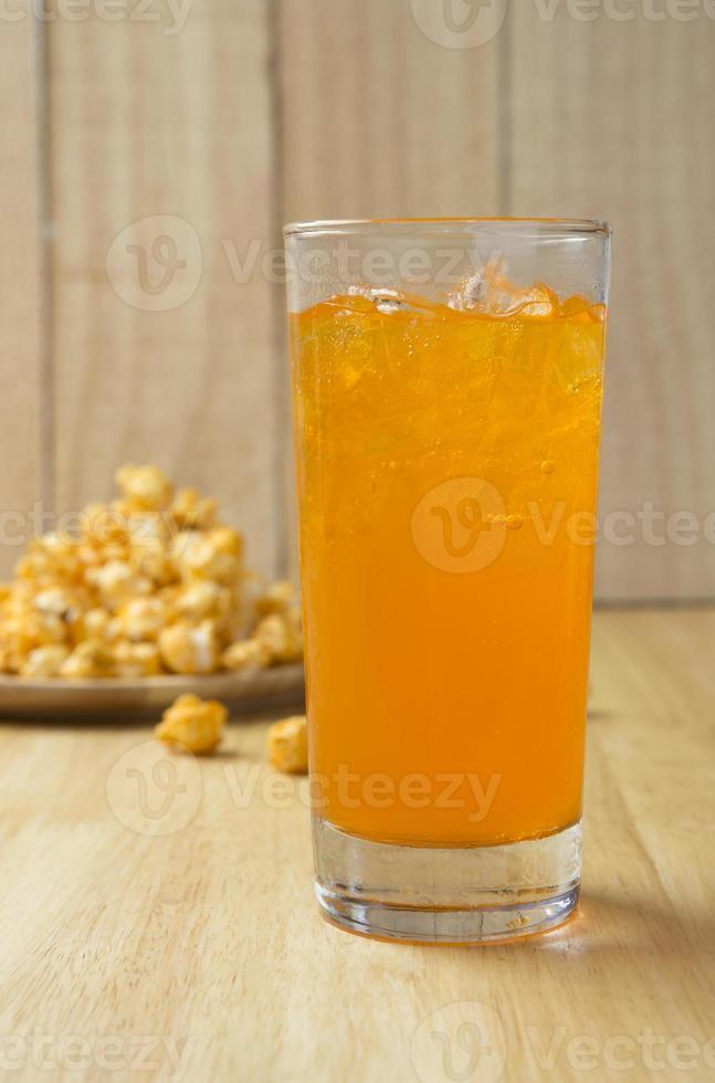 rinfrescante aranciata con ghiaccio e popcorn foto