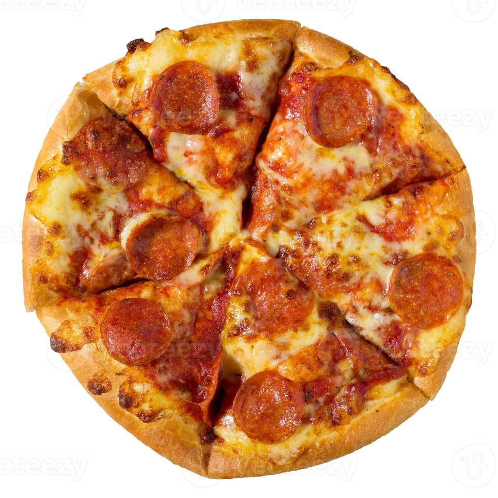 Pizza ai peperoni dall'alto su uno sfondo bianco foto
