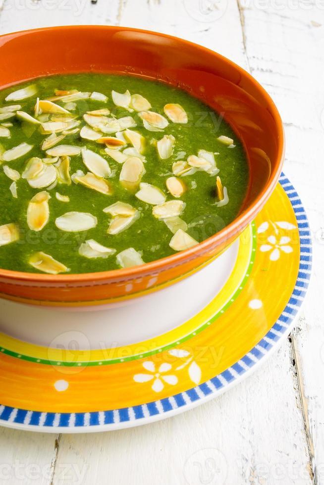 zuppa di bietole e crema di patate amlonds tritate foto