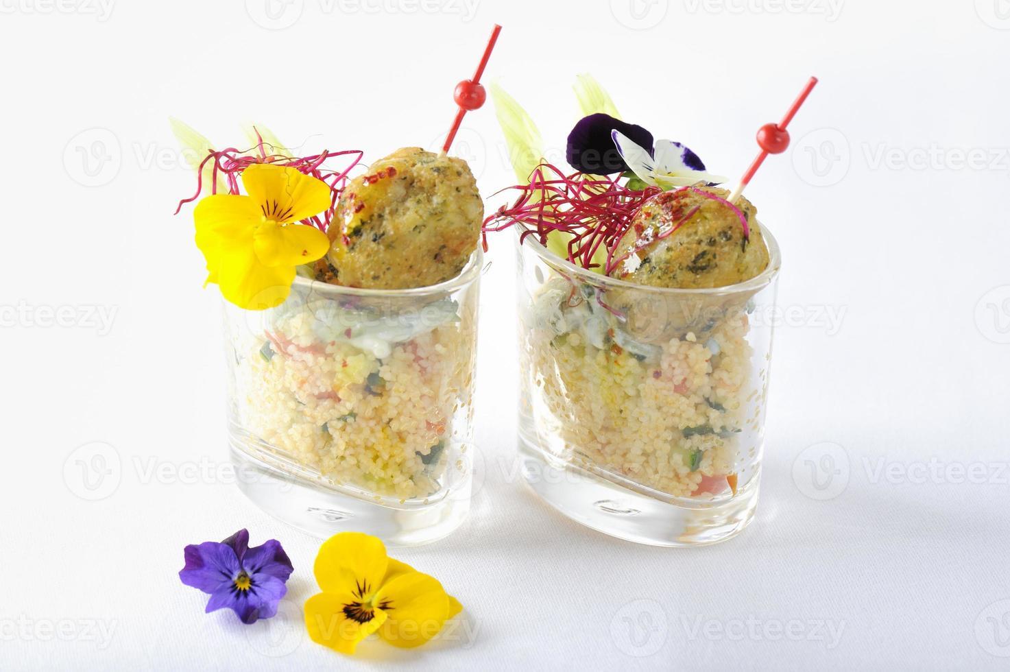 falafel su un letto di yogurt raita e insalata di tabbouleh foto