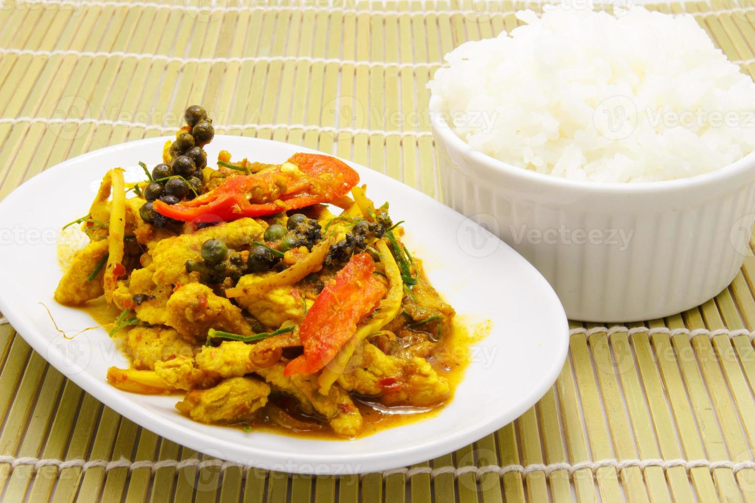 cibo tailandese, saltato in padella di maiale piccante con riso foto