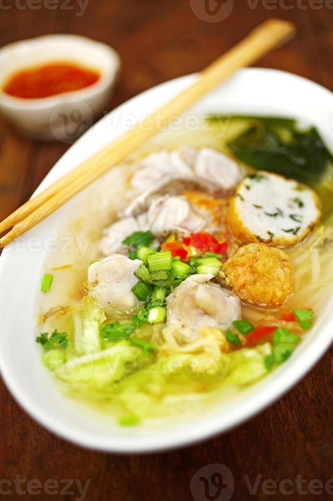 Chiuda sulla tagliatella di zuppa dolce tailandese con il pesce foto
