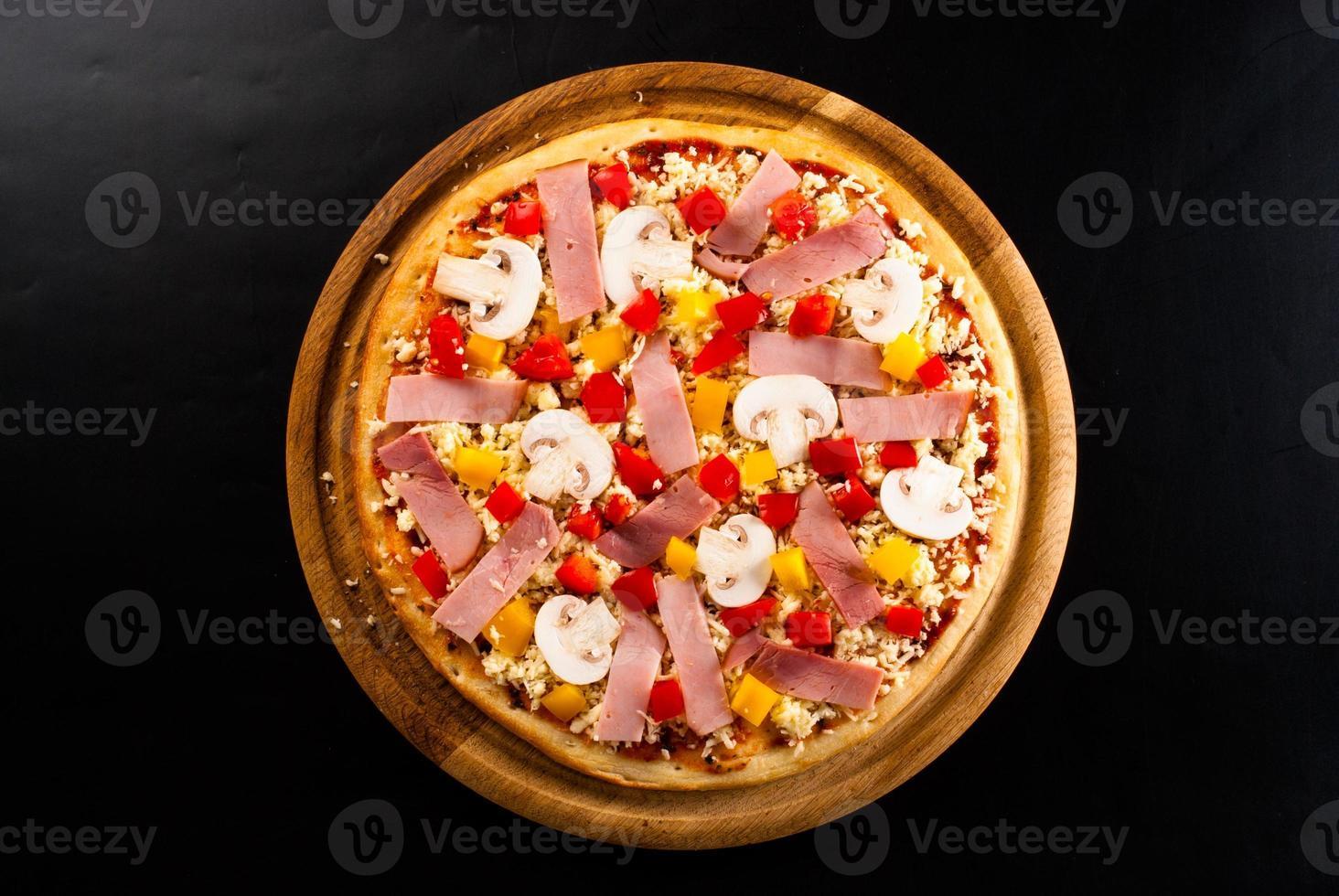 pizza cruda sul tavolo foto