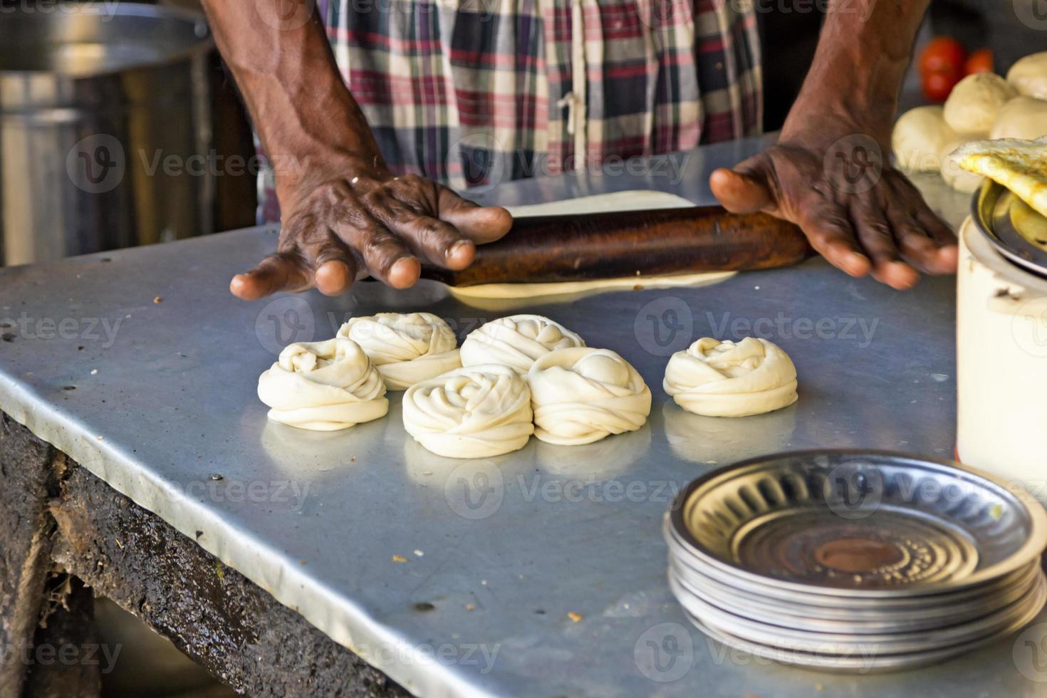 cuocere il pane indiano foto