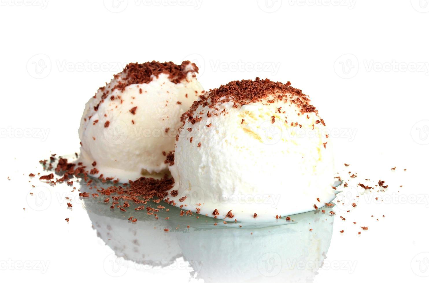 delizioso gelato alla vaniglia con cioccolato isolato su bianco foto