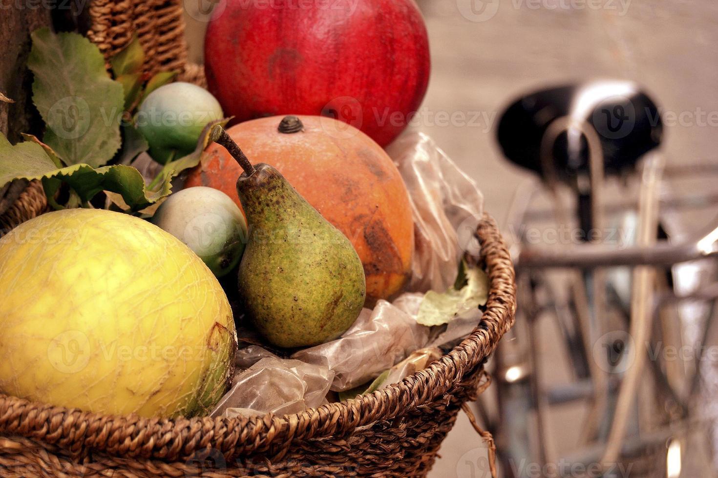 frutta in un cestino foto