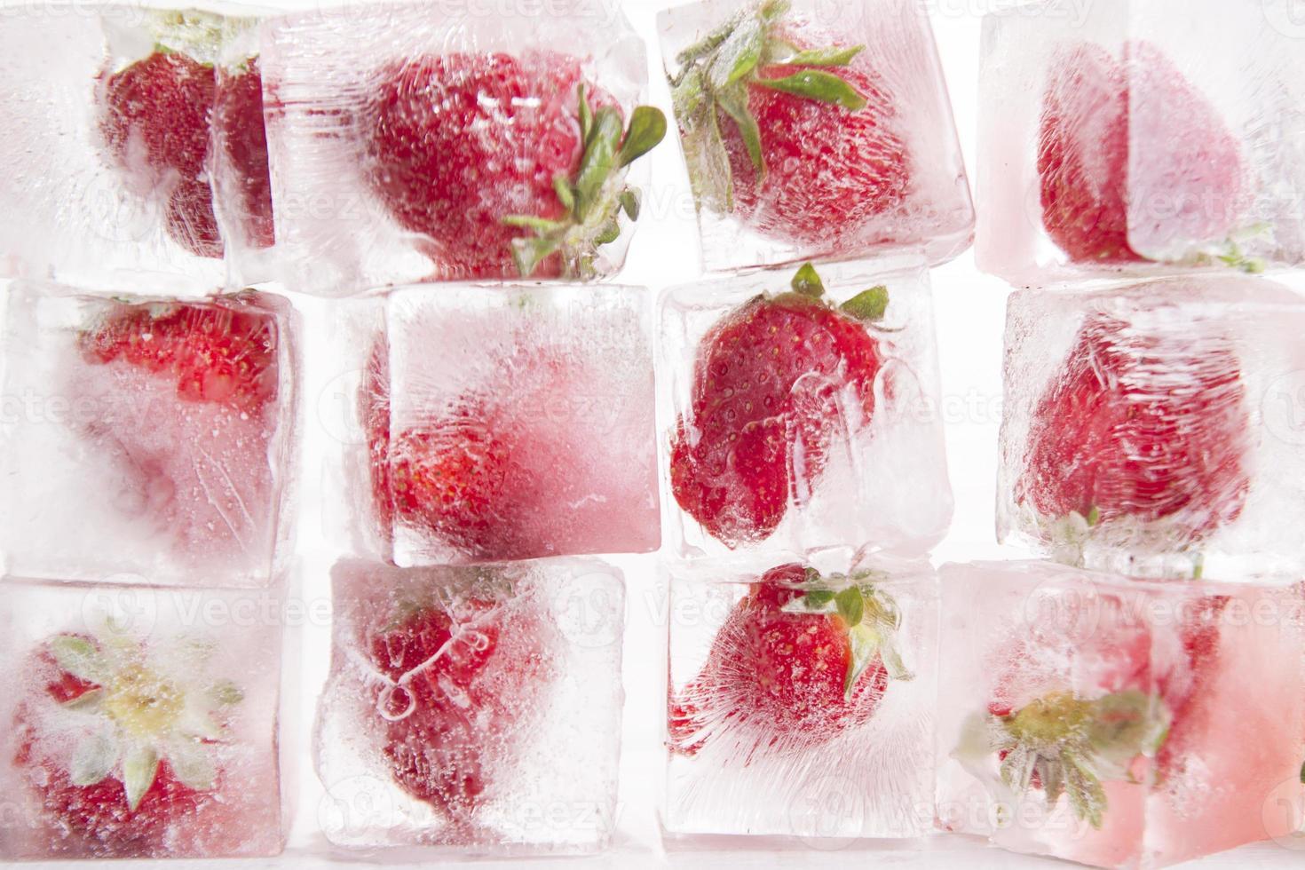 cubetti di ghiaccio con fragole foto