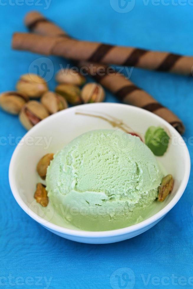 gelato al pistacchio con wafer al cioccolato foto
