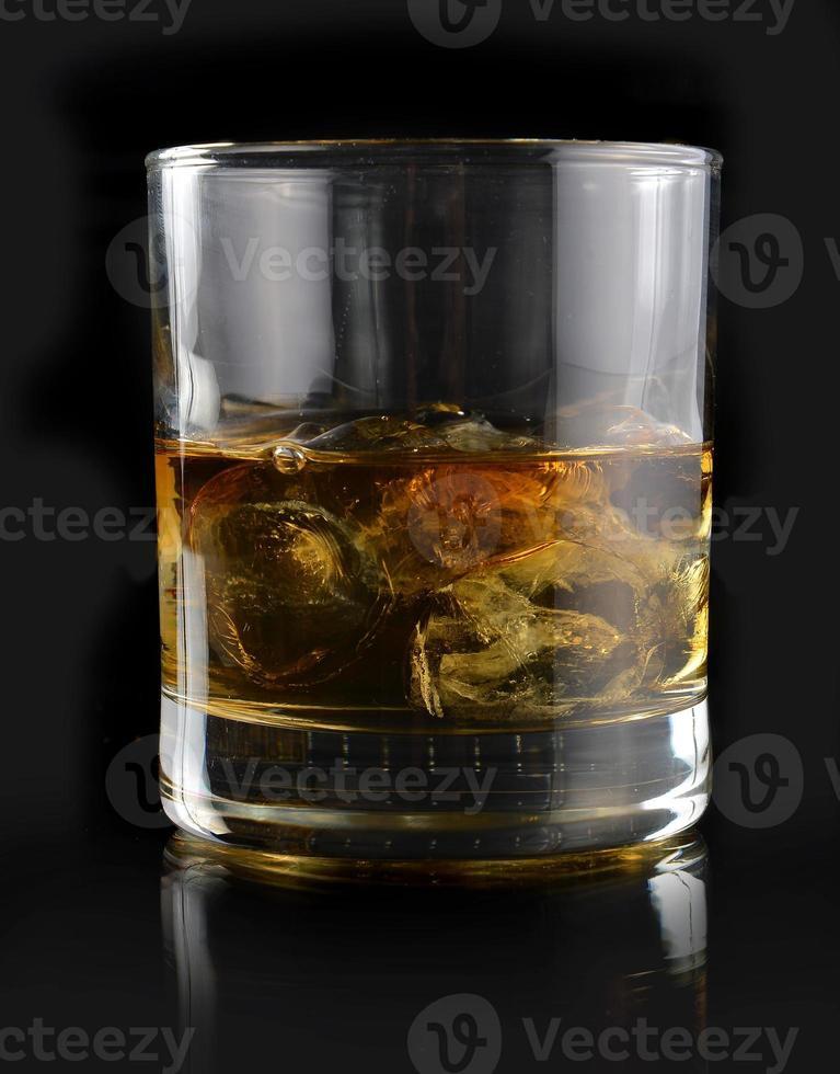 whisky con ghiaccio in un bicchiere foto
