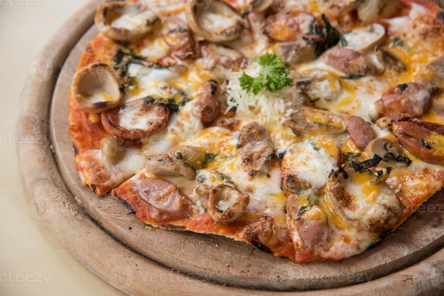 pizza con un condimento di salame piccante e salsiccia foto