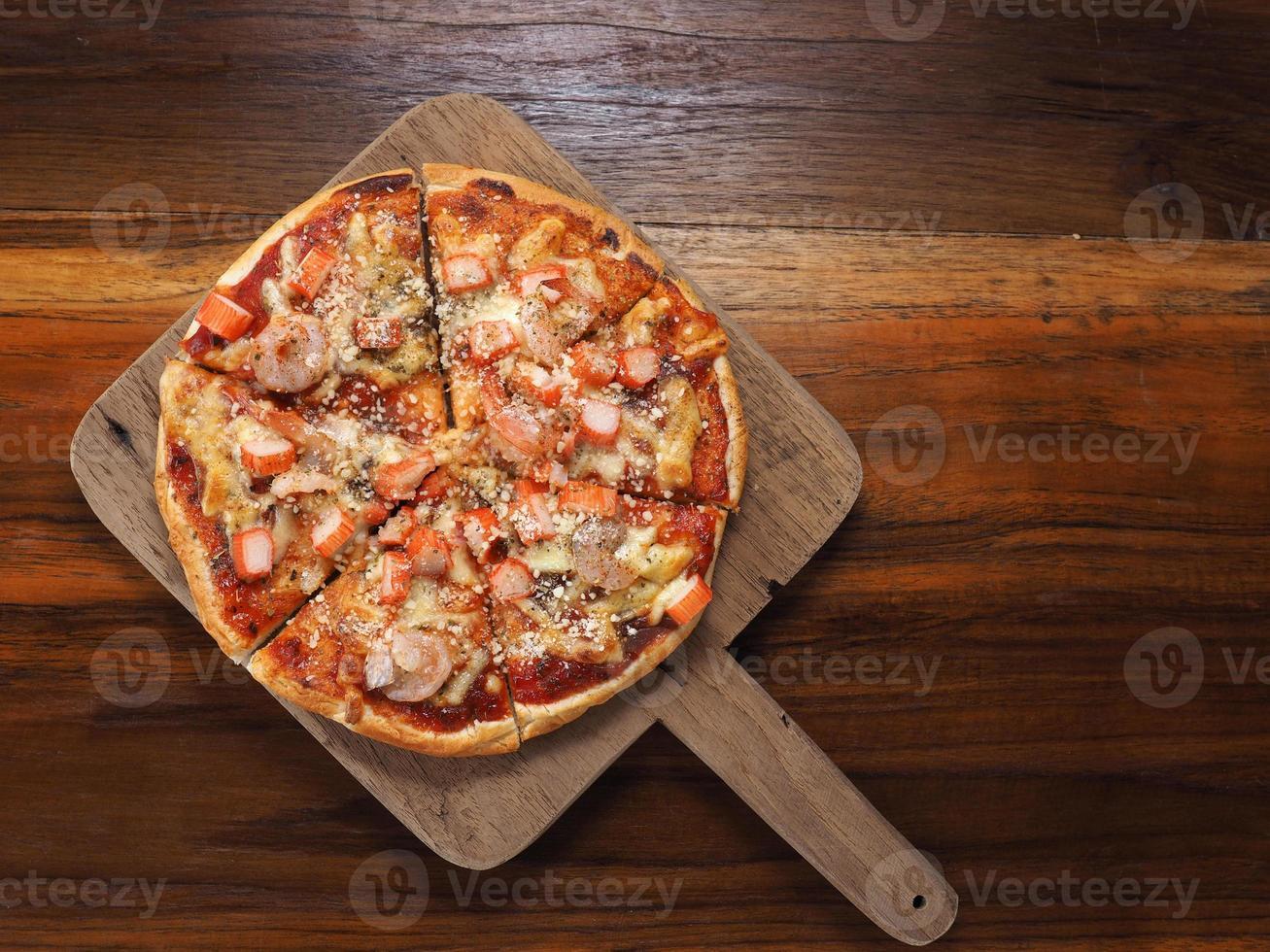 pizza con gamberi e bastoncini di granchio finto foto