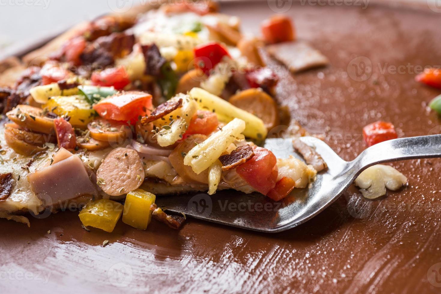 fetta sollevata pizza hawaiana foto