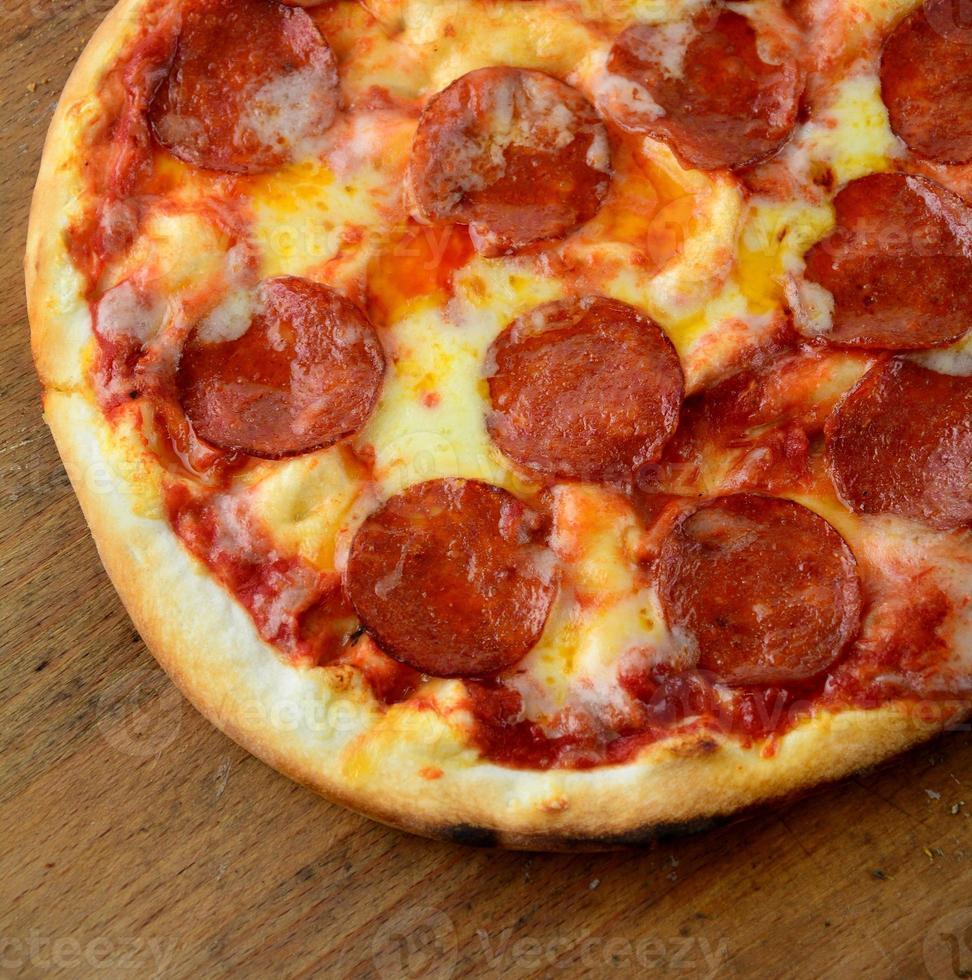 Fine della pizza di pepperoni in su foto