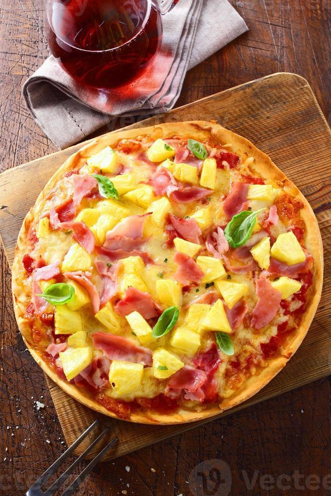 deliziosa pizza con prosciutto e ananas foto