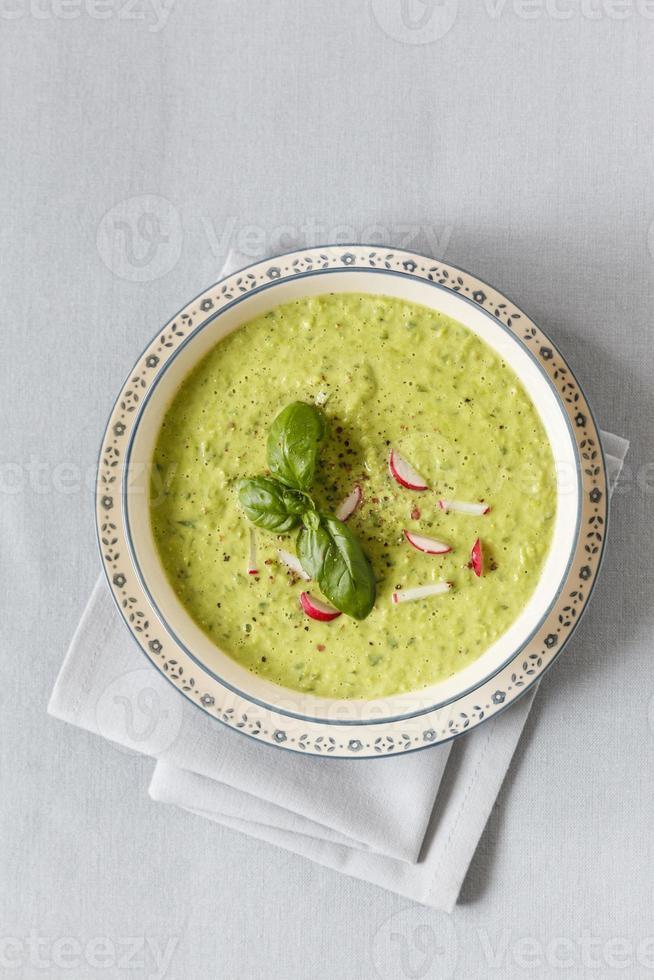 zuppa di piselli con ravanello rosso foto