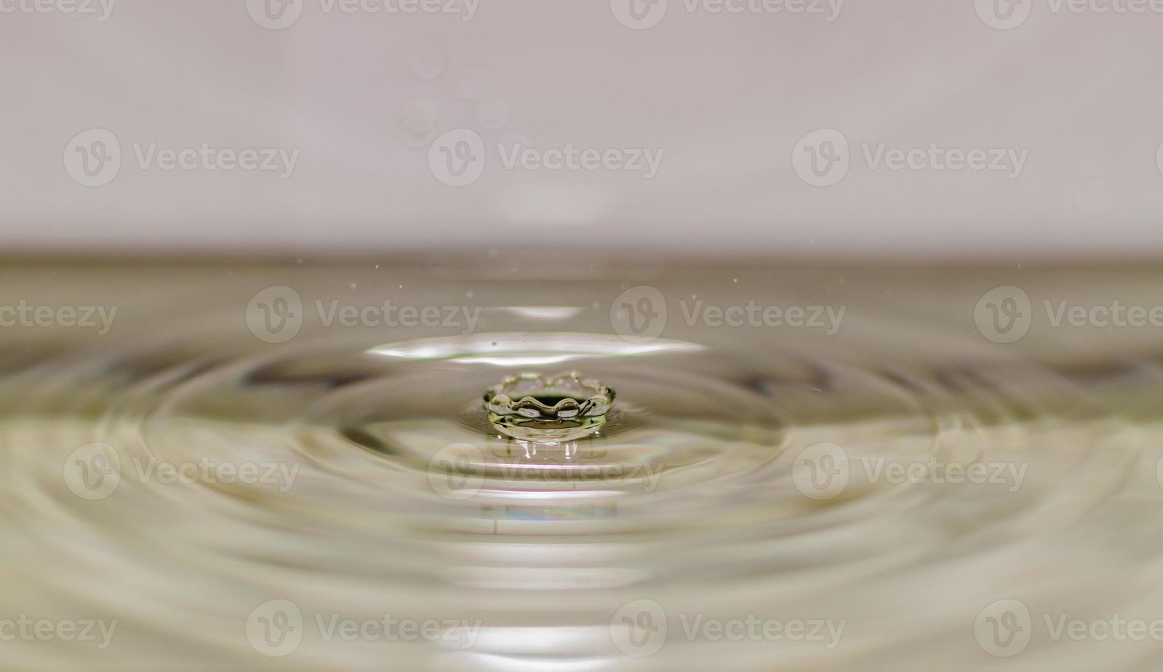 atterraggio della gocciolina di acqua in acqua foto
