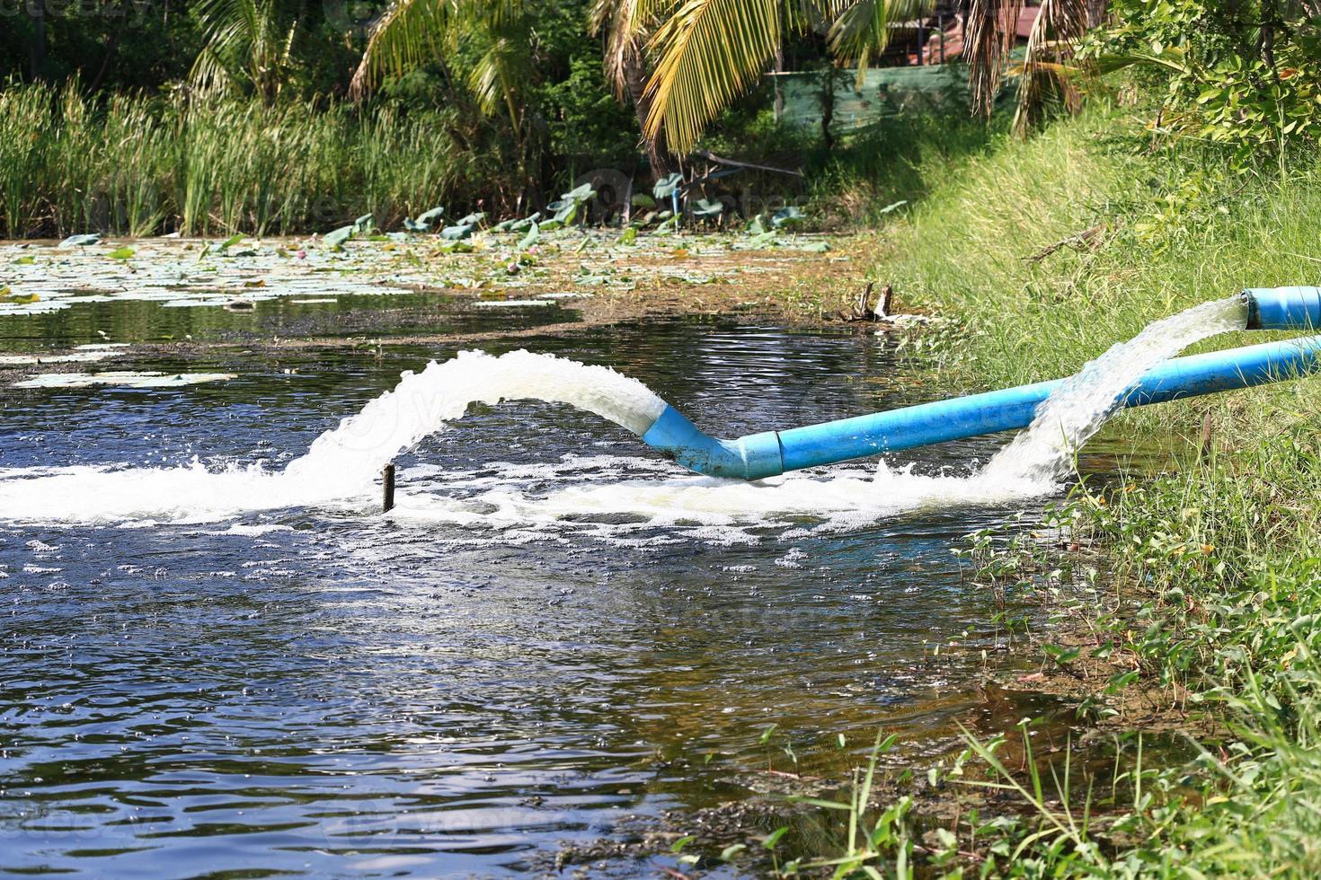 flusso di acque reflue dal tubo dell'acqua foto