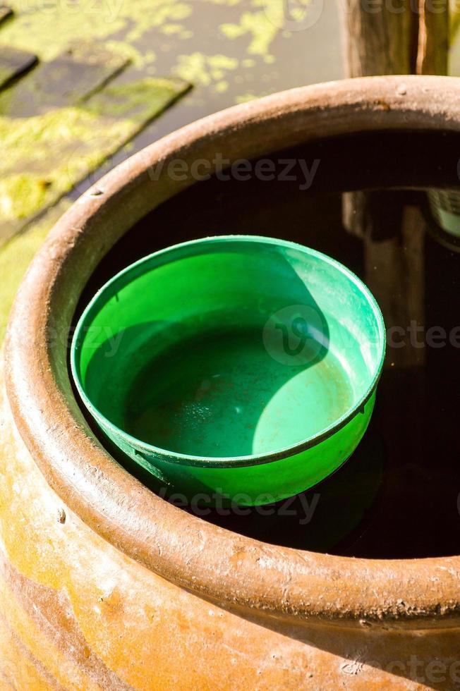 ciotola di plastica dell'acqua sul barattolo d'acqua foto