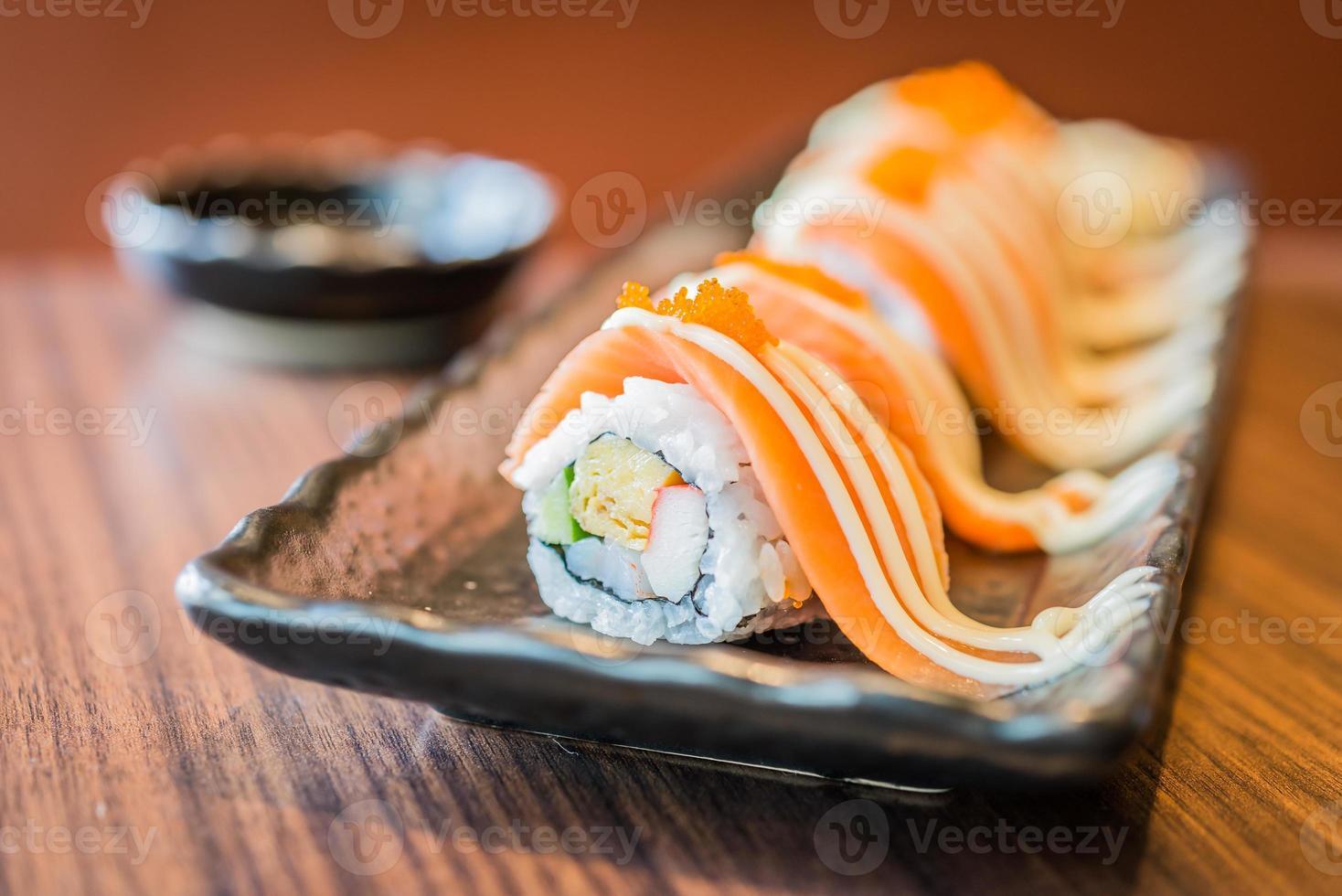 rotolo di sushi di salmone maki foto