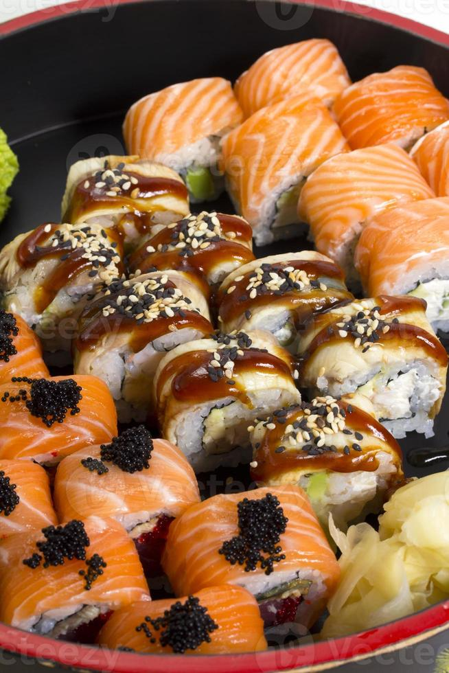 piatto di sushi roll fatto foto