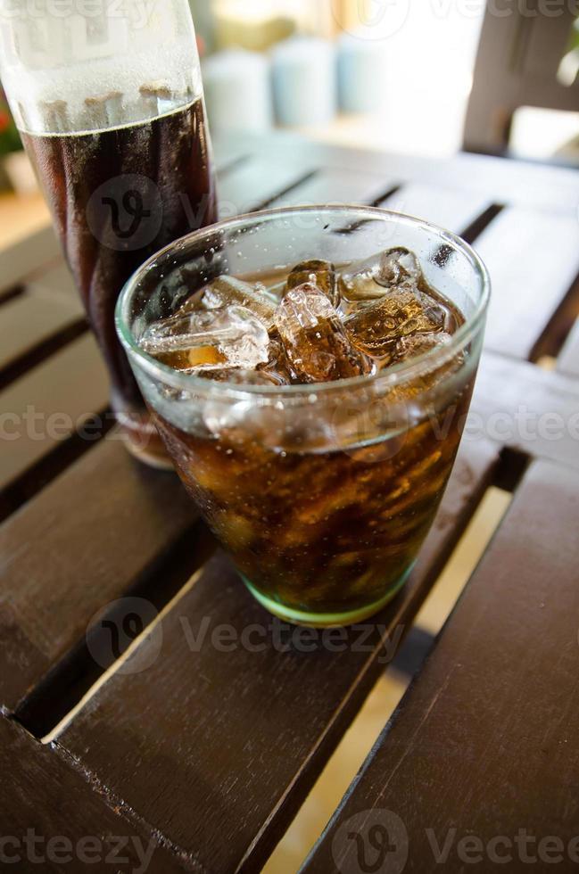 bicchiere di cola e bottiglia di cola foto