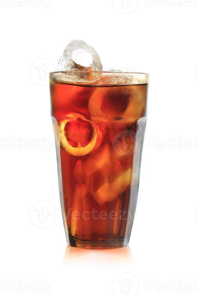 bicchiere pieno di soda, isolato su sfondo bianco foto