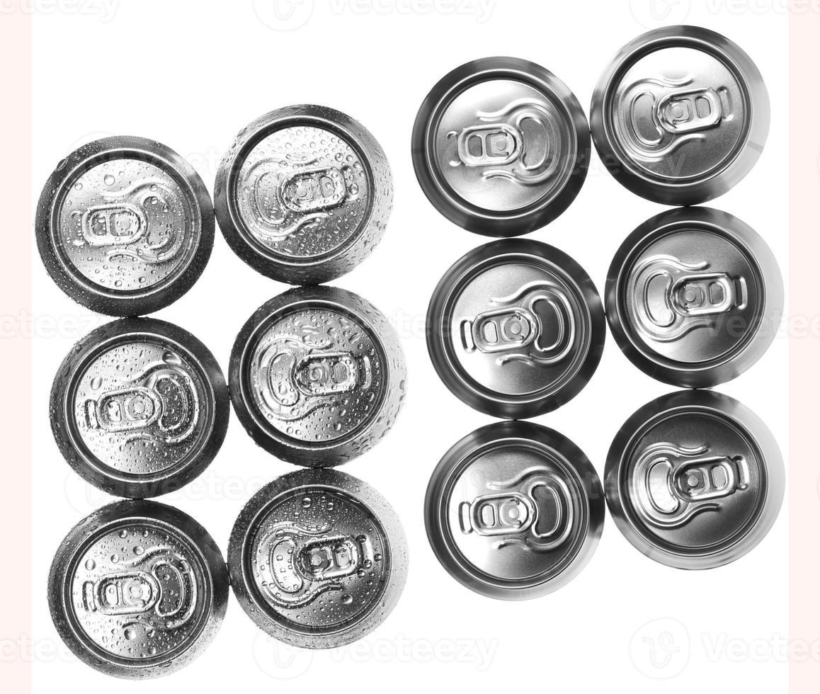 lattine di birra su sfondo bianco, vista dall'alto foto