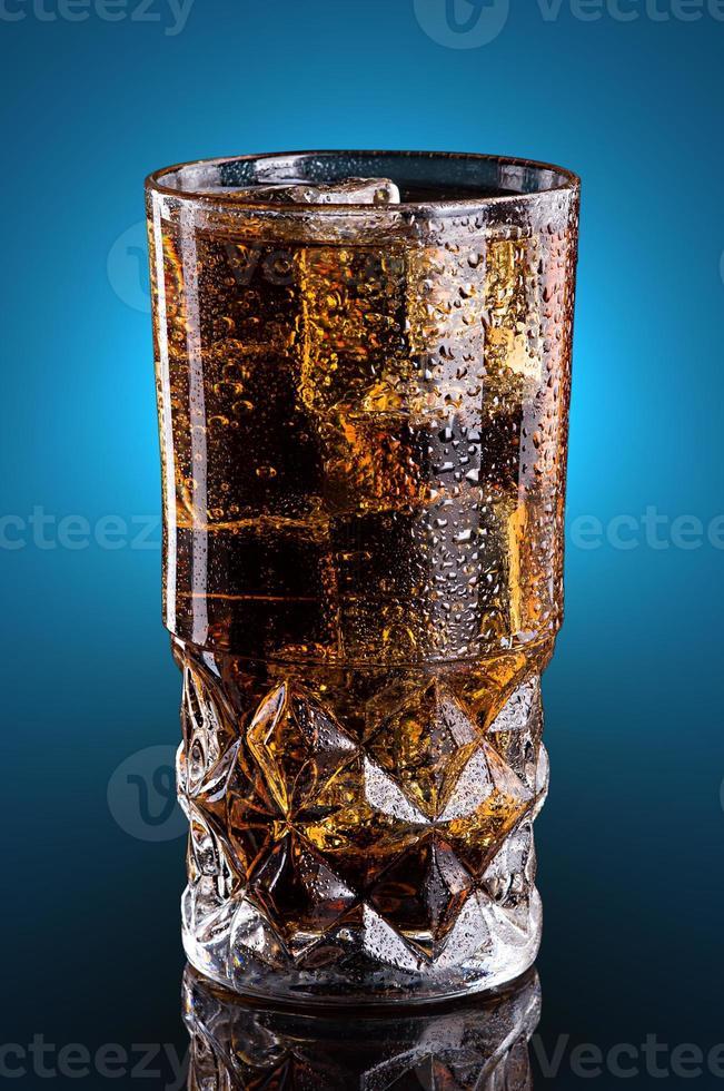 Cola fredda in un bicchiere foto