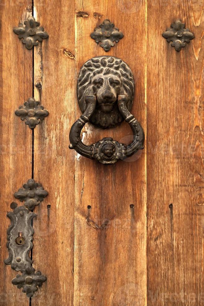 vecchia porta di legno foto