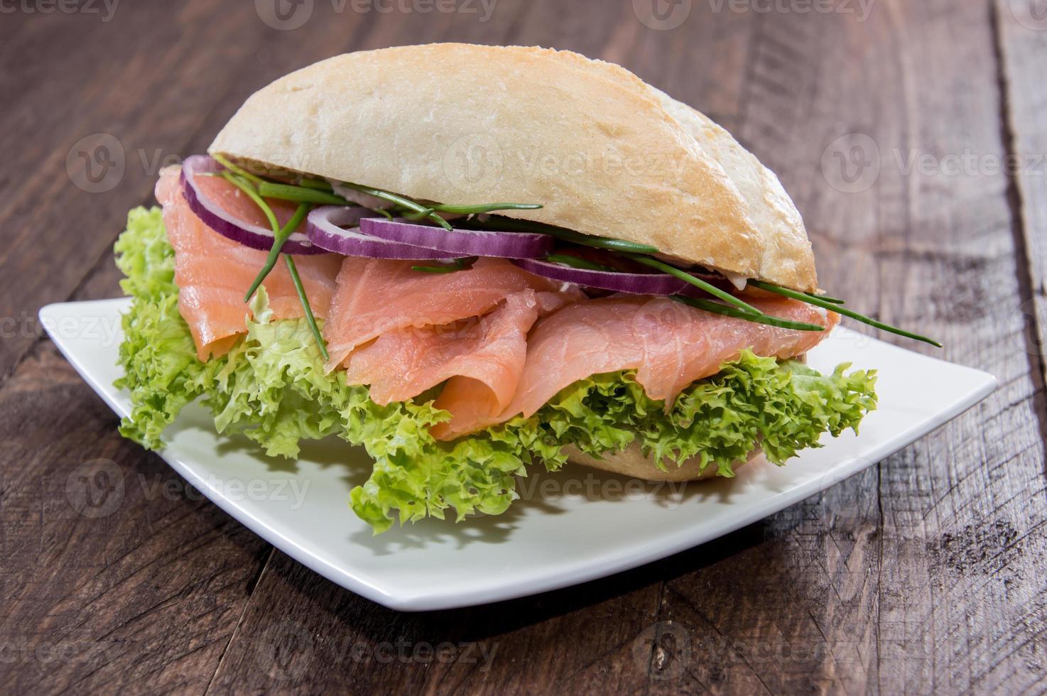 panino al salmone su un piatto foto