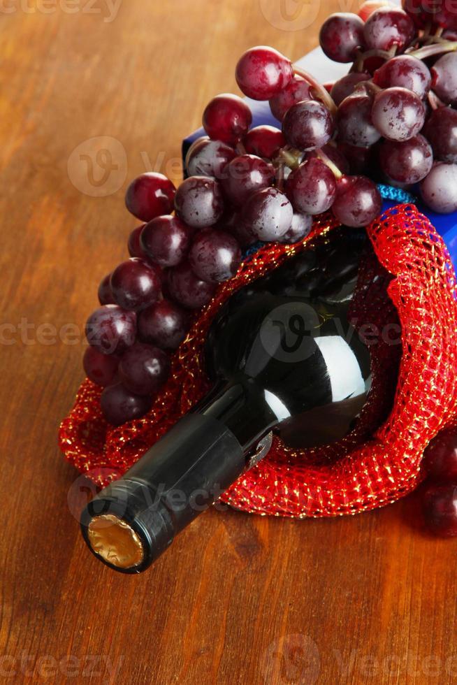 confezione regalo con vino sul primo piano tavolo in legno foto