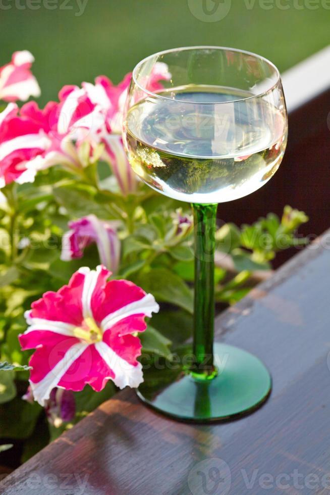bicchiere di vino con bellissimi fiori foto