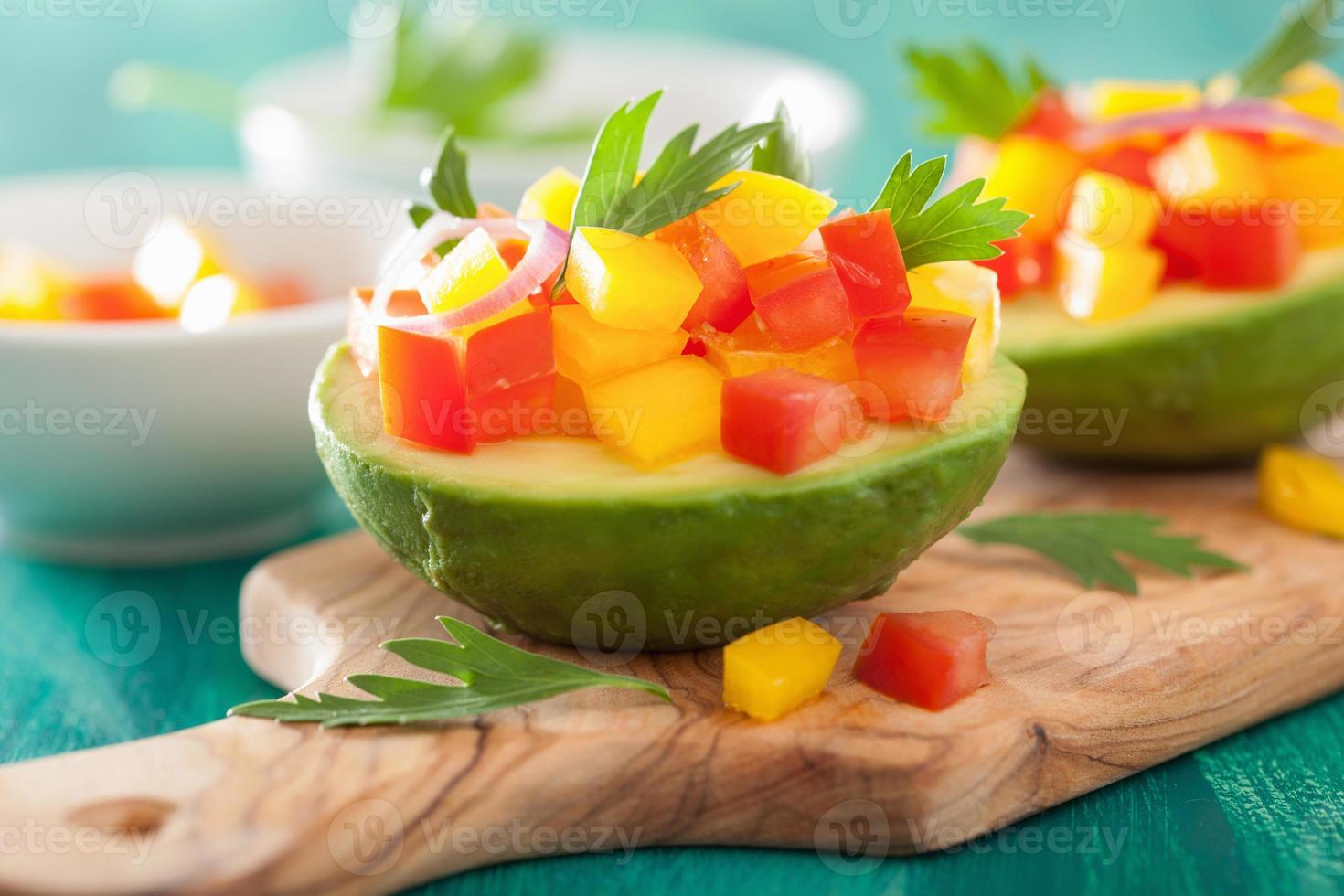avocado ripieni di insalata di peperoni e pomodoro foto