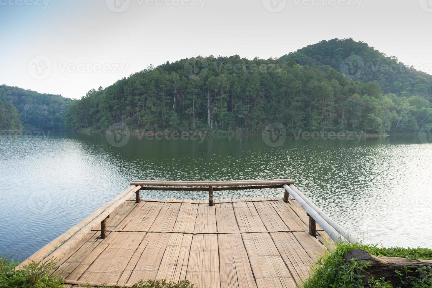 molo nel lago con sfondo di montagna. foto