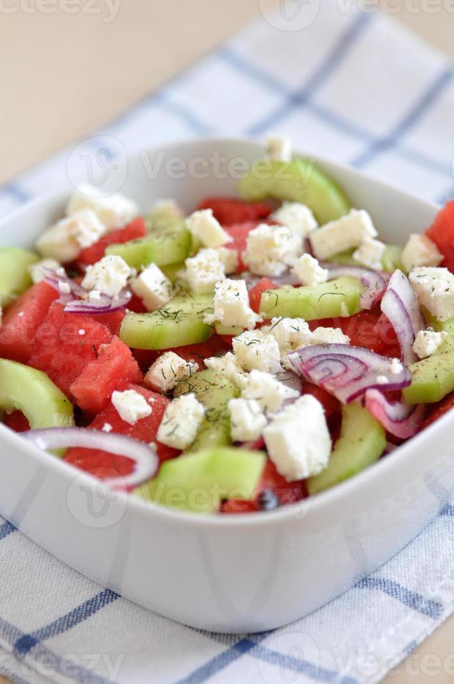 insalata di anguria con feta, cetriolo e cipolla rossa foto
