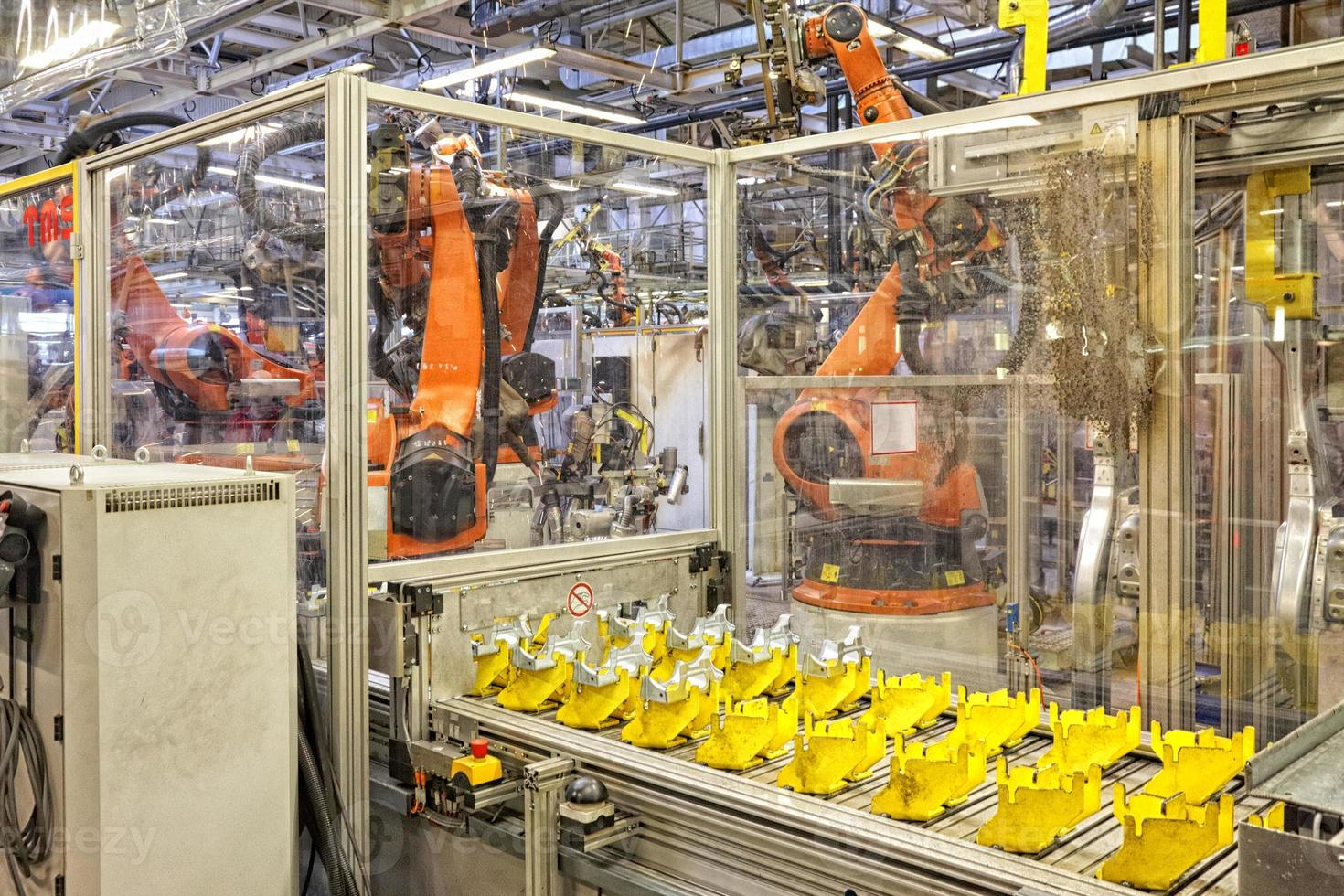 robot in una fabbrica di automobili foto